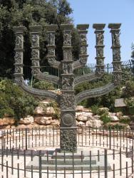 Бронзовая менора перед зданием кнессета в Иерусалиме