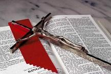 Библия и распятие
